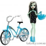 Кукла Френки Штейн на велосипеде